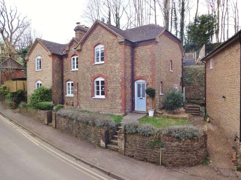 2 Bedrooms Terraced House for sale in Brighton Road, Godalming