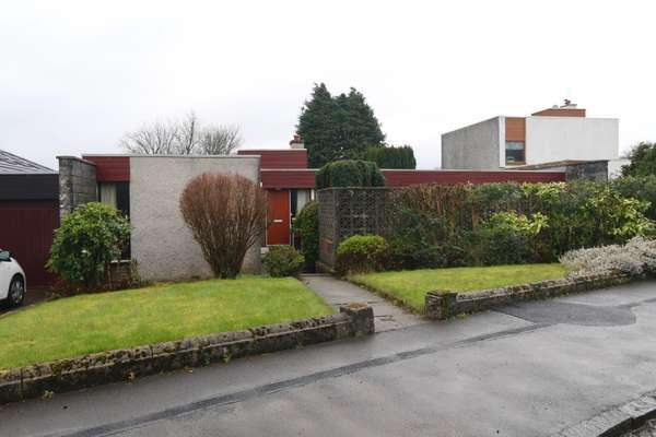 3 Bedrooms Bungalow for sale in 9 Earl Place, Bridge of Weir, PA11 3HA