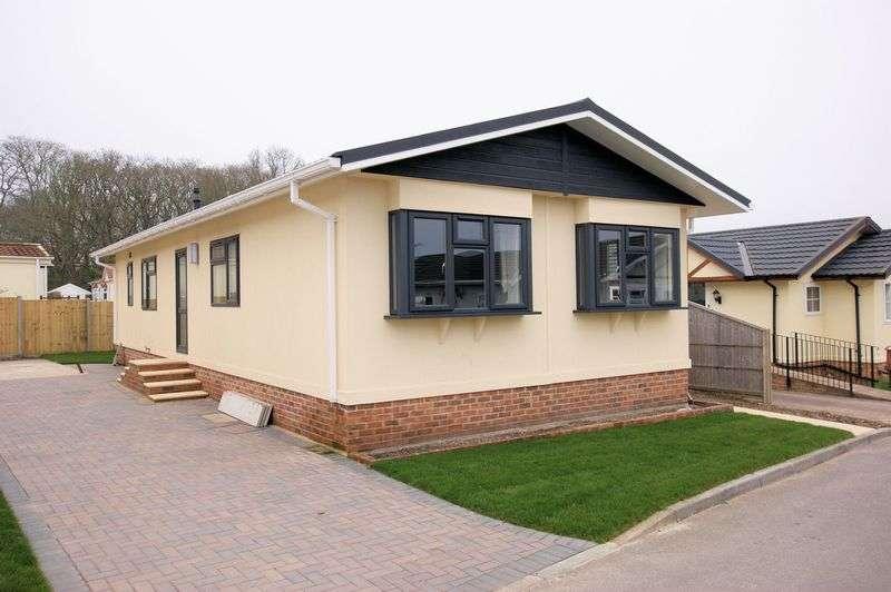 2 Bedrooms Detached Bungalow for sale in Woodlands Park, Lymington