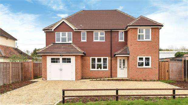 4 Bedrooms Detached House for sale in Hollybush Lane, Eversley, Hook