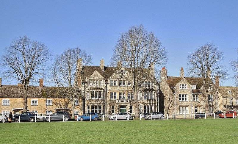 3 Bedrooms Flat for sale in CHURCH GREEN, Charter Place, Witney OX28 4BR