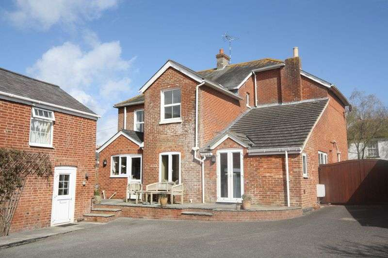 4 Bedrooms Detached House for sale in Salisbury Road, Christchurch