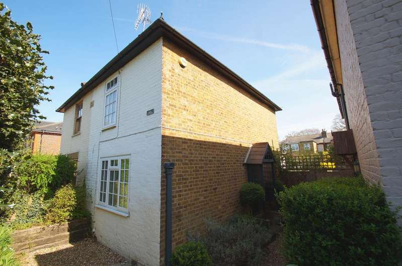 2 Bedrooms Semi Detached House for sale in Holly Cottages, Weybridge KT13