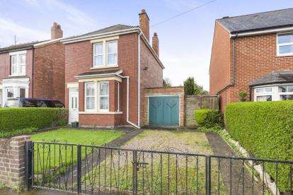 3 Bedrooms Detached House for sale in Cotteswold Road, Gloucester, Gloucestershire