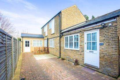 2 Bedrooms Flat for sale in Harwoods Road, Watford, Hertfordshire
