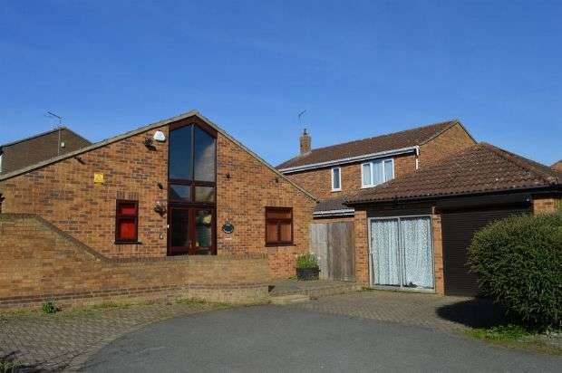 3 Bedrooms Detached Bungalow for sale in Strawberry Hill, Berrydale, Northampton NN3 5HL