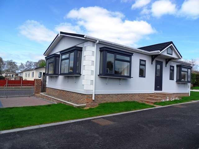 2 Bedrooms Park Home Mobile Home for sale in Hill Corner Farm Park, Sandy Lane,Farnborough