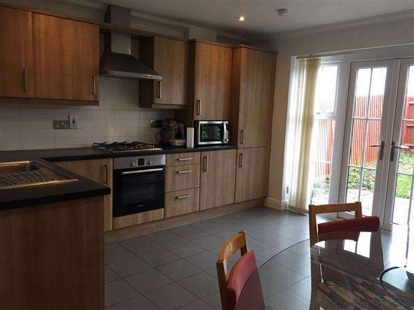 Semi Detached House for sale in Hayling Close, Slough
