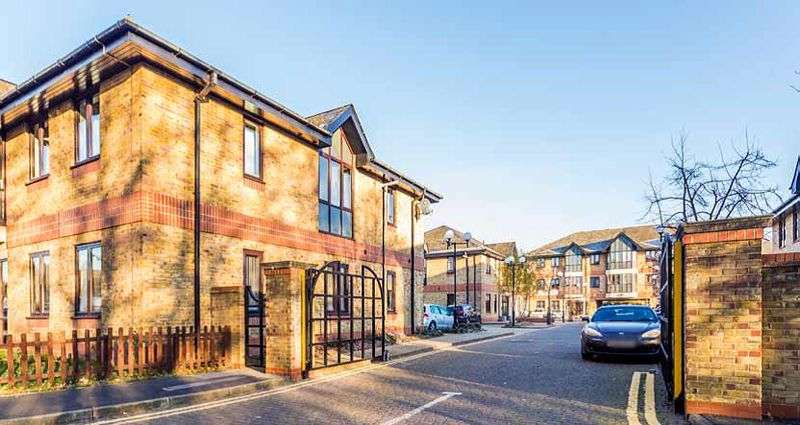 2 Bedrooms Flat for sale in Montrose House, Runnymede, Chertsey, KT16