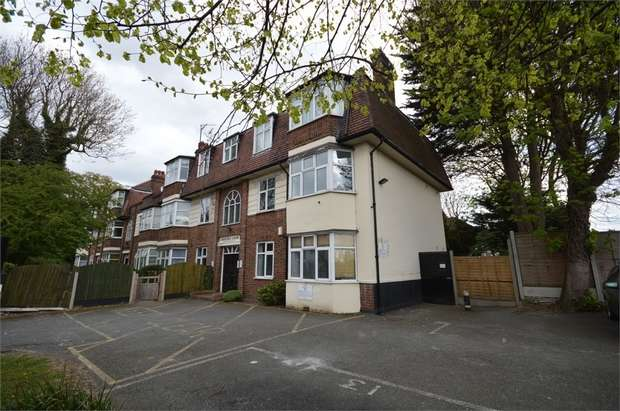 2 Bedrooms Flat for sale in Oakhurst Court, Woodford New Road, LONDON