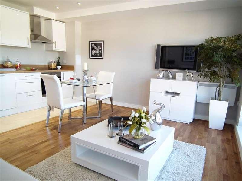 2 Bedrooms Flat for sale in Flat 22 Elizabeth House, Christoper Road , East Grinstead, RH19