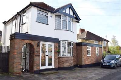 3 Bedrooms Detached House for sale in Park Crescent, Harrow Weald