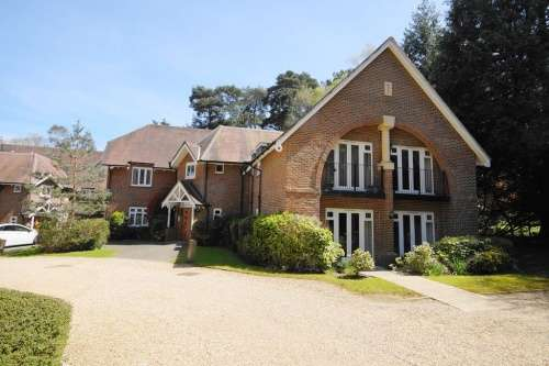 2 Bedrooms Flat for sale in Amberley House, Ferndown