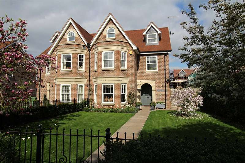 4 Bedrooms Semi Detached House for sale in Magnolia Gardens, St. Albans, Hertfordshire, AL1