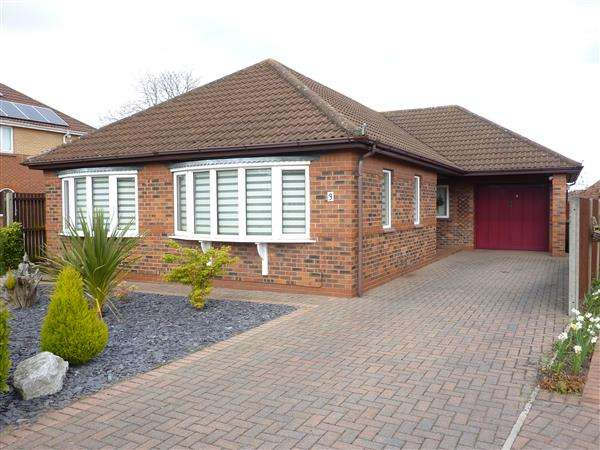 3 Bedrooms Detached Bungalow for sale in CAMARGUE AVENUE, WALTHAM, GRIMSBY