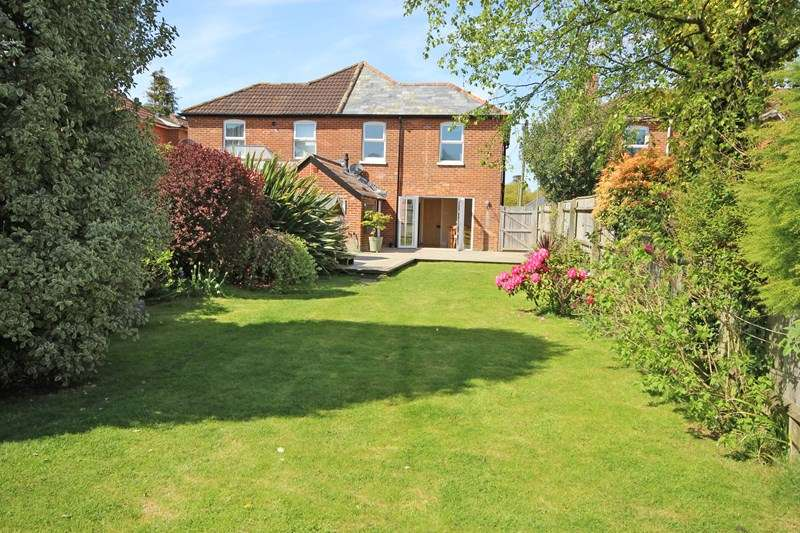 3 Bedrooms Semi Detached House for sale in Manor Road, New Milton