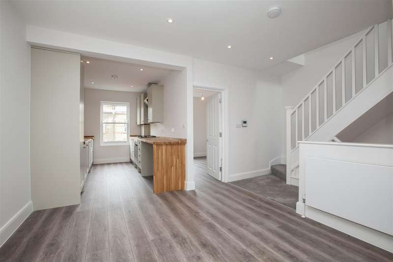 2 Bedrooms Flat for sale in Blackstock Road, London
