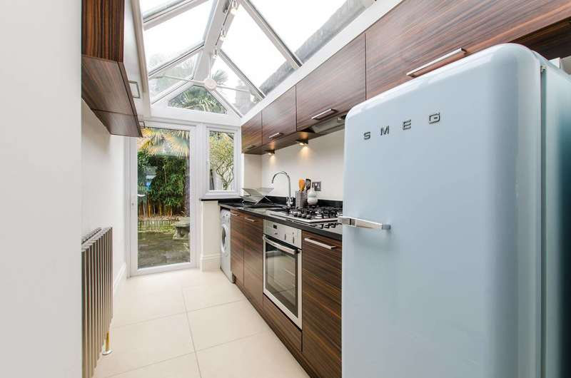2 Bedrooms Terraced House for sale in Eversleigh Road, Shaftesbury Estate, SW11