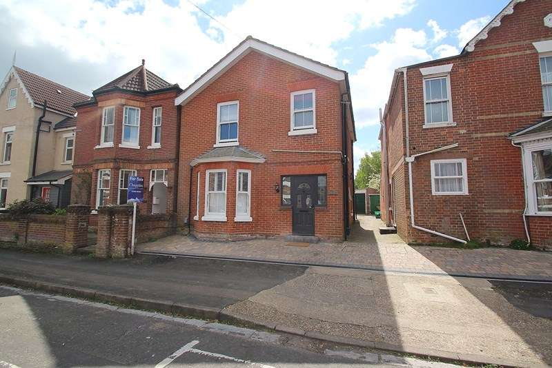 3 Bedrooms Detached House for sale in Southampton Road, Fareham