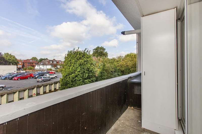 2 Bedrooms Flat for sale in Hendon Hall Court, NW4