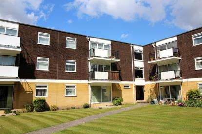3 Bedrooms Flat for sale in St. Georges Close, Christchurch, Dorset