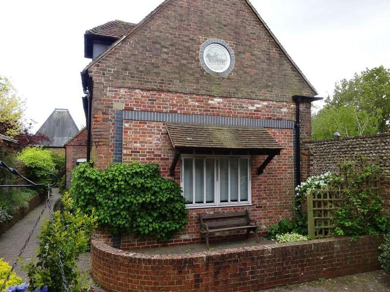 2 Bedrooms Cottage House for sale in Draymans Mews, St Pancras, Chichester PO19