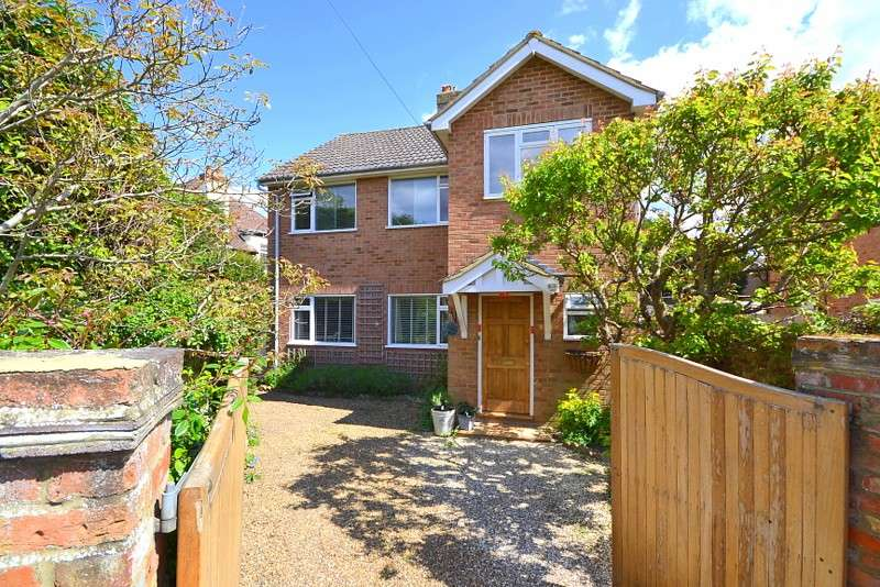 3 Bedrooms Detached House for sale in Laleham