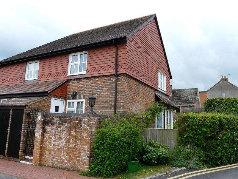 2 Bedrooms End Of Terrace House for sale in Crown Mews, Hungerford