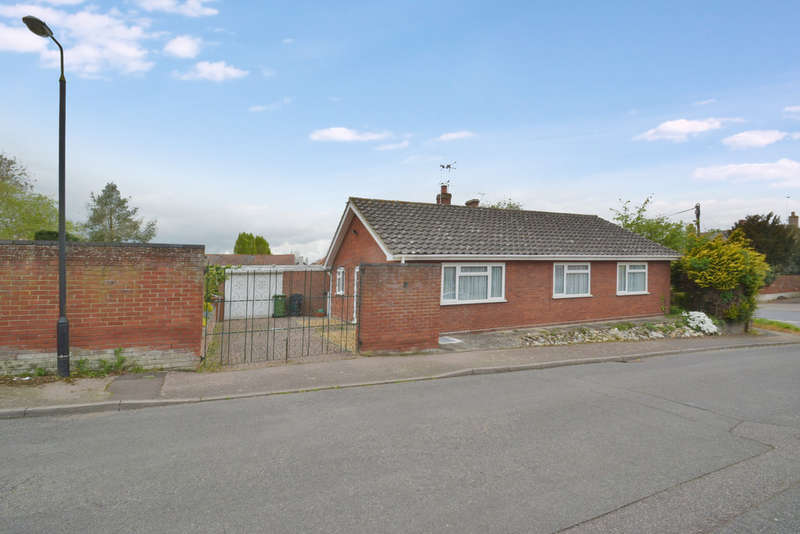 3 Bedrooms Detached Bungalow for sale in High Court, Redenhall Road