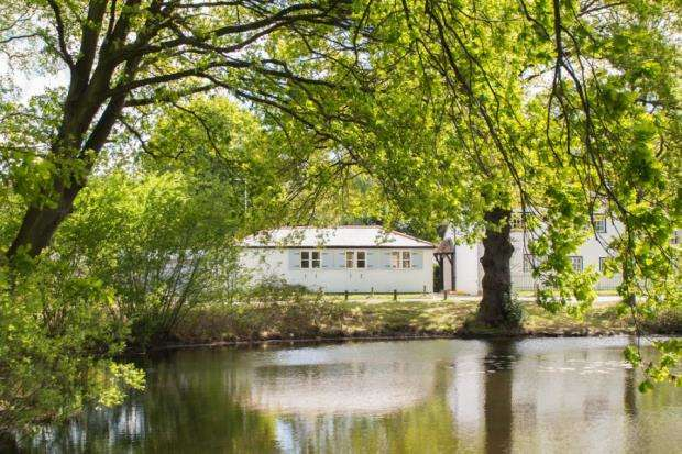 3 Bedrooms Bungalow for sale in Esher, Surrey