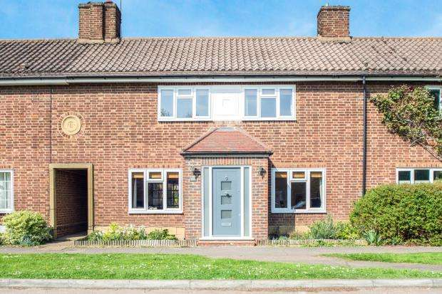 3 Bedrooms Terraced House for sale in Esher, Surrey, .