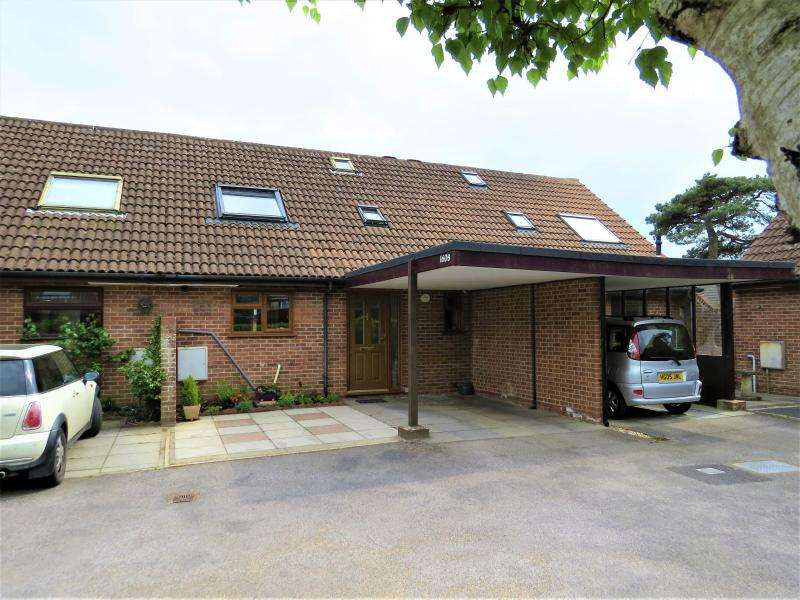 3 Bedrooms Chalet House for sale in Town Centre Chalet