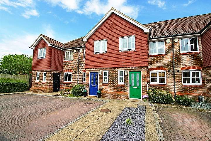 3 Bedrooms Terraced House for sale in Kingswood Close, Ashford, TW15