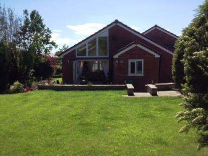 3 Bedrooms Bungalow for sale in Bee Hive Green, Westhoughton, Bolton, Greater Manchester, BL5