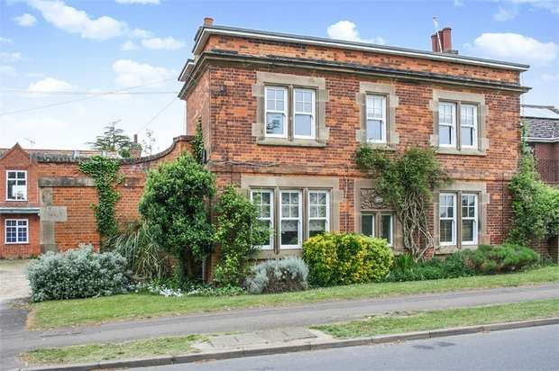 3 Bedrooms Detached House for sale in Hamilton Court, Newmarket, Suffolk