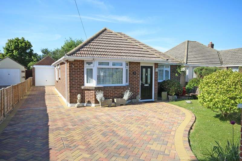 3 Bedrooms Detached Bungalow for sale in Chiltern Drive, Barton On Sea, New Milton