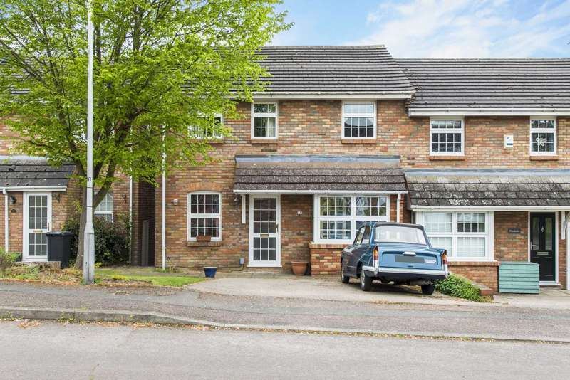 3 Bedrooms Semi Detached House for sale in Hunters Close, Tring