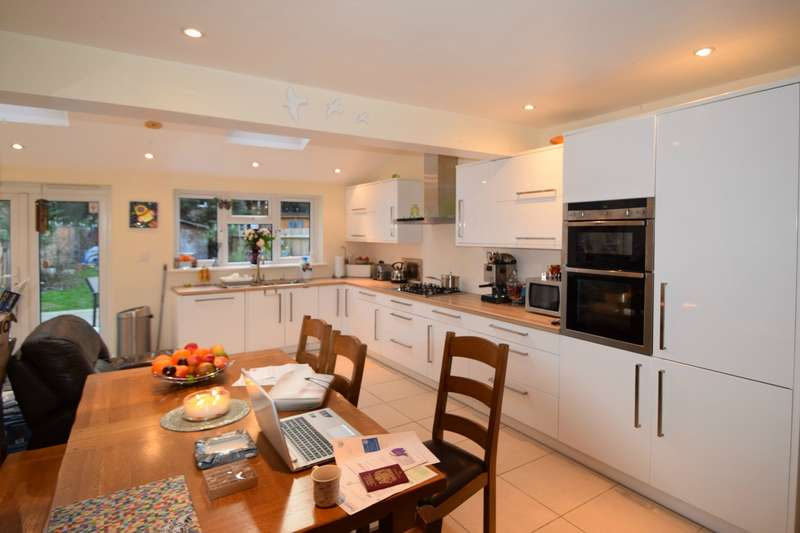 3 Bedrooms Detached House for sale in Twining Avenue, Twickenham TW2