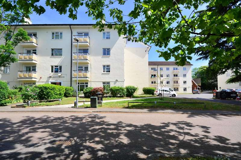 3 Bedrooms Flat for sale in Newdigate House, Kingsnympton Park, Kingston Hill, KT2