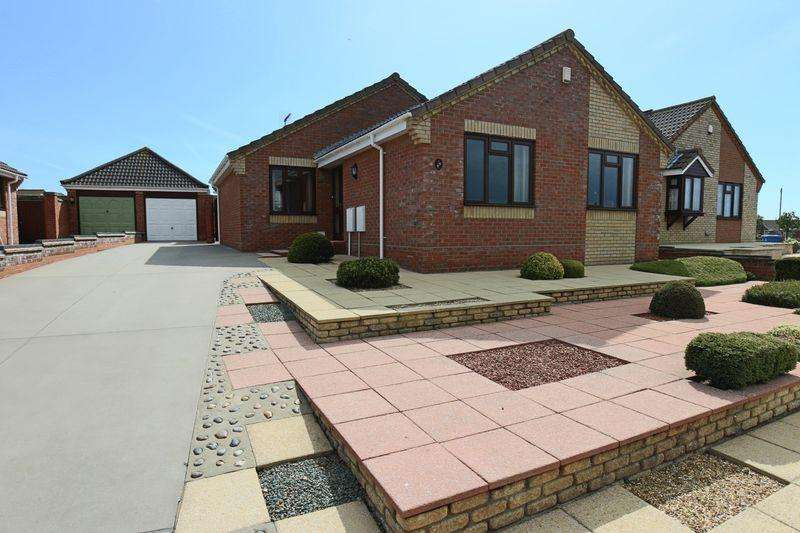 2 Bedrooms Detached Bungalow for sale in Crestview Drive, Lowestoft