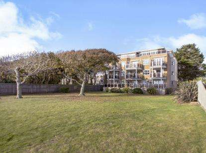 2 Bedrooms Flat for sale in 15 Wharncliffe Road, Christchurch, Dorset