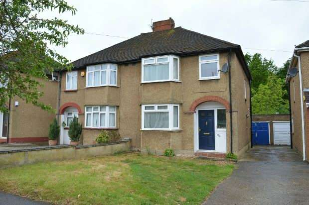 3 Bedrooms Semi Detached House for sale in Devon Way, Chessington