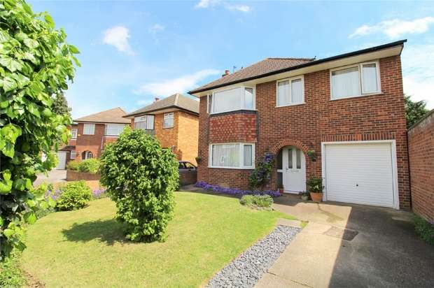 4 Bedrooms Detached House for sale in Chestnut Close, Ashford, Surrey