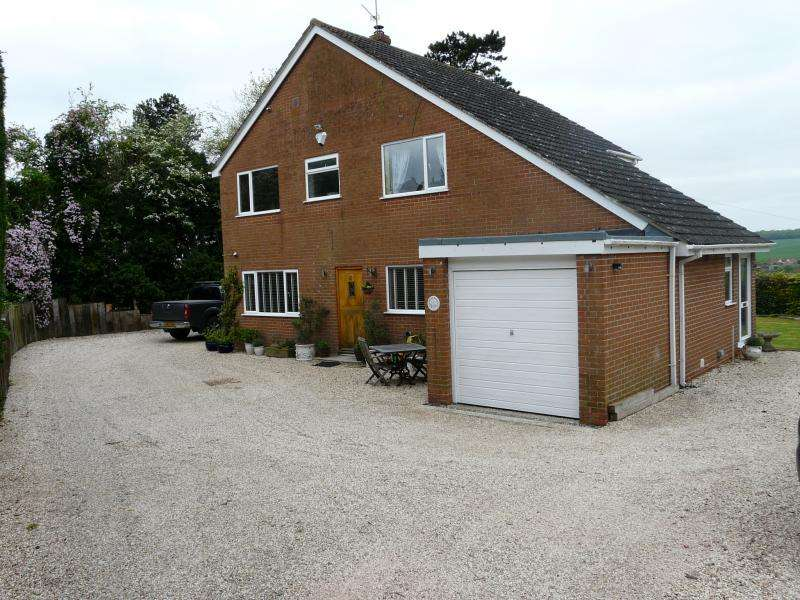 4 Bedrooms Detached House for sale in Moores Place, Hungerford