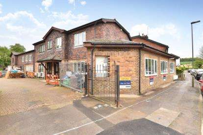 2 Bedrooms Flat for sale in Gloucester House, Clarence Court, Rushmore Hill, Orpington