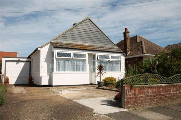 2 Bedrooms Bungalow for sale in Lyndhurst Road, Holland on Sea