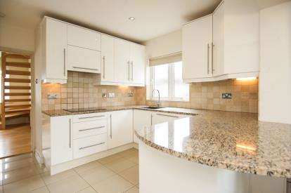 2 Bedrooms Bungalow for sale in The Retreat, Kingsbury, London, United Kingdom