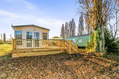 2 Bedrooms Bungalow for sale in Kingfisher Meadows, Billing Aquadrome, Northamptonshire, England