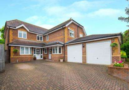 5 Bedrooms Detached House for sale in Athenia Close, Goffs Oak, Hertfordshire
