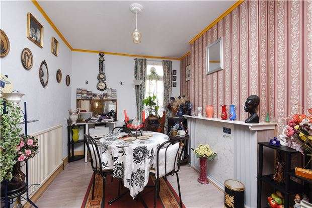 3 Bedrooms Semi Detached House for sale in Buxton Road, THORNTON HEATH, Surrey, CR7